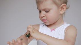 Una bambina sporca le sue mani durante la pittura Primo piano di un dipinto a mano in acquerello stock footage