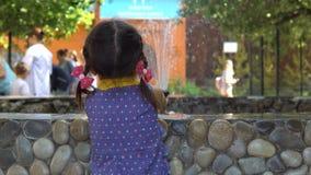 Una bambina sta facendo una pausa la fontana stock footage