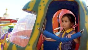 Una bambina sta guidando un carosello archivi video