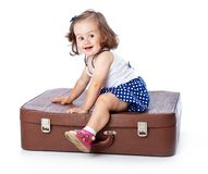 Una bambina sulla valigia Immagini Stock