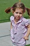 Una bambina sveglia in trecce. Fotografia Stock Libera da Diritti
