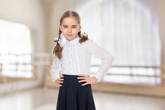 Una bambina in un vestito bianco ed in una gonna scura Fotografia Stock
