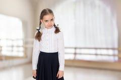 Una bambina in un vestito bianco ed in una gonna scura Immagine Stock Libera da Diritti