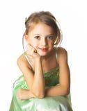 Una bambina in vestito verde Immagini Stock
