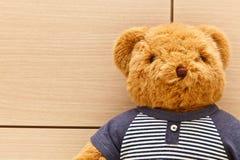 Una bambola lanuginosa dell'orso marrone Fotografia Stock