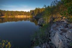 Una banca ripida di bella cava con acqua pulita Pietra alta l'ucraina Immagine Stock