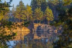 Una banca ripida di bella cava con acqua pulita Pietra alta l'ucraina Fotografie Stock