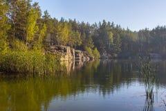 Una banca ripida di bella cava con acqua pulita Pietra alta l'ucraina Immagini Stock Libere da Diritti