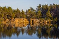 Una banca ripida di bella cava con acqua pulita Pietra alta l'ucraina Fotografia Stock