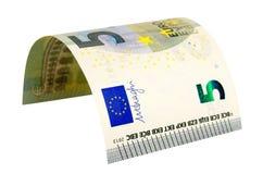 Una banconota da cinque euro isolata su fondo bianco Fotografie Stock