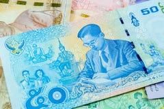 Una banconota tailandese da 50 baht, banconote commemorative nel ricordo del re recente Bhumibol Adulyadej, fuoco sul re immagine stock