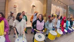 Una banda dei batteristi sta giocando nel centro urbano e nella strada dei negozi di Colonia durante il carnevale archivi video