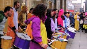 Una banda dei batteristi sta giocando nel centro urbano e nella strada dei negozi di Colonia durante il carnevale video d archivio