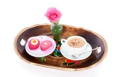 Una bandeja con café y el pastelito Imagenes de archivo