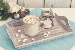 Una bandeja con el chocolate, el azúcar y la flor de la peonía Imagen de archivo libre de regalías