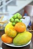 Una bandeja de frutas mezcladas para adorar en el final de un año en Vietnam Imágenes de archivo libres de regalías