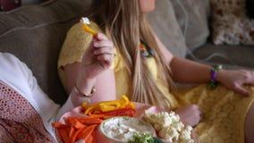 Una bandeja de los horderves de la fruta y verdura en un partido metrajes
