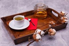 Una bandeja de madera con los cubiertos para el té de consumición imágenes de archivo libres de regalías