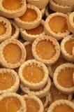 Una bandeja de tartas del albaricoque o del limón en pasteles Fotos de archivo libres de regalías