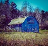 Una bandera americana cubrió el granero en el norte del estado Nueva York Imagenes de archivo