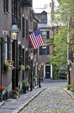 Una bandera americana exhibida en la calle de la bellota en Boston, Massachusetts Foto de archivo
