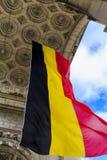 Una bandera de Bélgica debajo del arco triunfal Imagen de archivo
