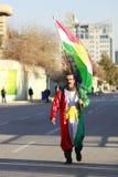Una bandera del Kurdistan del hombre que lleva iraquí en Año Nuevo Imagen de archivo