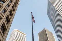 Una bandera unida del estado entre los rascacielos del distrito financiero de Seattle fotos de archivo libres de regalías