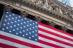 Una bandiera americana appende sulla parte anteriore della costruzione di New York Stock Exchange fotografia stock