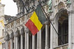 Una bandiera belga che ondeggia a Bruxelles immagini stock