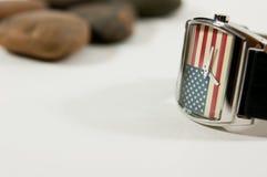 Una bandiera dell'America dell'orologio in orologio del fondo Immagine Stock