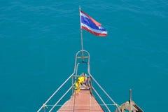 Una bandiera tailandese alla testa di una barca Immagini Stock