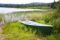 Una barca alla banca del lago Noel Immagini Stock