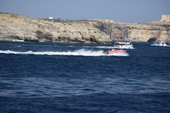 Una barca bianca sull'oceano immagini stock