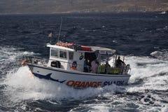 Una barca bianca sull'oceano fotografia stock libera da diritti