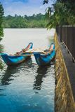 Una barca blu su un lago Fotografia Stock