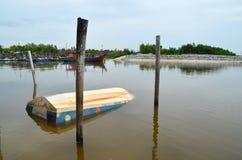 Una barca che affondata al molo del ` s del pescatore fotografia stock