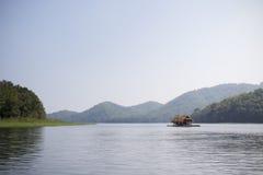 Una barca che galleggia nel fiume, Huay Krating Immagini Stock