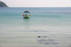 Una barca che galleggia nel mare Fotografia Stock