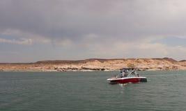 Una barca che gira su un bacino idrico nel deserto Fotografia Stock Libera da Diritti