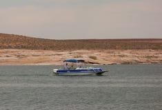 Una barca che gira su un bacino idrico nel deserto Immagine Stock