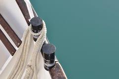 Una barca con la corda su acqua Immagine Stock