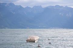 Una barca coperta su una sera nuvolosa fotografia stock libera da diritti