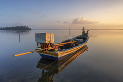 Una barca dalla riva Immagini Stock Libere da Diritti