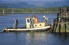 Una barca del rimorchiatore nella curvatura del nord, Oregon Fotografie Stock