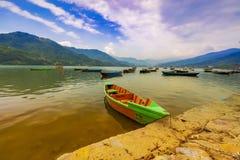 Una barca della scuola ha parcheggiato il lago Pokhara Nepal Phewa fotografia stock
