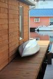 Una barca di alluminio sul patio. Immagine Stock