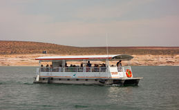 Una barca di giro che gira su un bacino idrico nel deserto Fotografie Stock