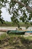 Una barca di legno sul lago Fotografia Stock Libera da Diritti