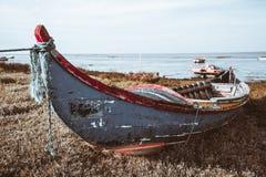 Una barca di legno sulla riva del fiume fotografia stock libera da diritti
